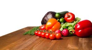 Verdure su una tavola isolata su un fondo bianco La VE fresca Immagini Stock Libere da Diritti
