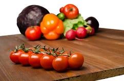 Verdure su una tavola isolata su un fondo bianco La VE fresca Fotografia Stock