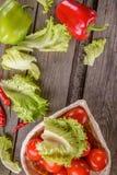 Verdure sui bordi di legno pepe, pomodori, lattuga Fotografia Stock Libera da Diritti