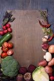 Verdure sul bordo di legno, vista superiore, spazio della copia Alimento sano del mercato degli agricoltori Fotografie Stock
