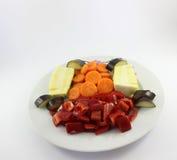 Verdure tagliate sul piatto Immagine Stock