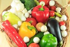 Verdure in un canestro di vimini Fotografie Stock
