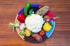 Verdure in un piatto di lavoro manuale sulla tavola #2 Fotografia Stock
