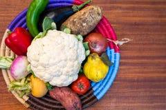 Verdure in un piatto di lavoro manuale sulla tavola Fotografia Stock