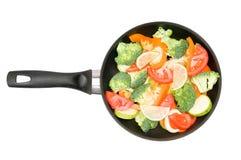 Verdure in una vaschetta di frittura Immagine Stock