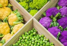 Verdure variopinte fresche sul contatore del deposito: cavolfiore variopinto, cavoletti di Bruxelles fotografia stock