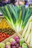 Verdure variopinte fresche sul contatore del deposito: porri, pomodori ciliegia, rapa Fotografia Stock