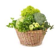 Verdure verdi in canestro di vimini Immagine Stock