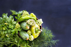 Verdure verdi del cetriolo, cavolfiore, pepe in una ciotola, gre Immagine Stock