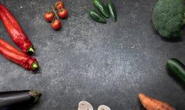 Verdure verdi fresche su un fondo scuro Spazio per testo immagine stock