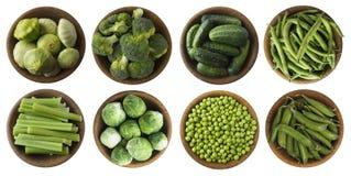 Verdure verdi isolate su un bianco Insieme dei vegetablees verdi su un fondo bianco Vista superiore Broccoli, piselli, cetrioli,  Immagini Stock