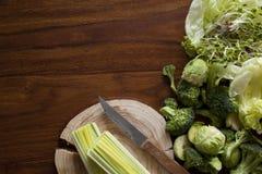 Verdure verdi sulla tavola Immagini Stock