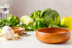 Verdure verdi sulla tavola Fondo di verdure dell'alimento di dieta del vegano: immagine stock