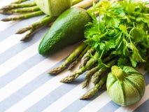Verdure verdi sulla tovaglia Fotografia Stock