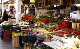 Verdureiro no mercado novo da vizinhança de Testaccio em Roma foto de stock royalty free