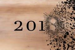 2018 verdwijnt om met het nieuwe jaar 2019 in te stemmen 2018 breekt in stukken verspreidingseffect royalty-vrije stock foto's
