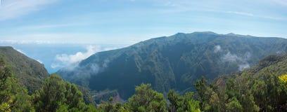 Vereda fa la passeggiata della cima della montagna di Fanal vicino a Seixal Fotografia Stock Libera da Diritti