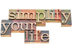 Vereenvoudig uw leven in houten type stock fotografie