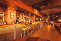 Verein und Bar der Wartekunden Arbor Brewing Company am Abend Stockbilder