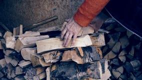 Vereinbaren des Brennholzes stock video