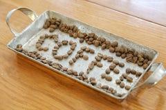 Vereinbaren Sie Kaffeebohnen, um den Wortkaffee zu machen Stockbilder