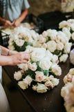 Vereinbaren von Blumen für die Heirat Stockfotografie