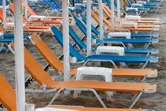 Vereinbarte Strandbetten und -tabellen stockbild
