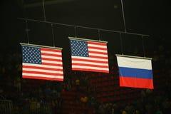 Vereinigt die Flaggen der Zustände und der Russischen Föderation, die während des women& x27 gehißt werden; Gymnastik-Medaillenze Lizenzfreies Stockfoto