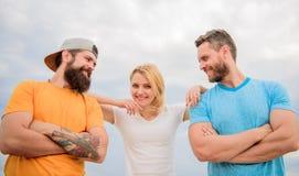 Vereinigt durch Idee Frau und Männer schauen während der nahe Aufenthalt wie Team überzeugt Schulter, auf die Sie bauen können ge lizenzfreie stockfotografie