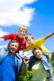 Vereinigte Familie an der Natur Stockfotos