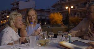 Vereinigte Familie, die Restaurant im im Freien speist stock video footage