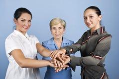 Vereinigte Geschäftsfrauen mit ihren Händen zusammen Stockbilder
