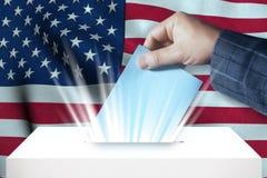 Vereinigte Staaten - abstimmend über Wahlurne mit Staatsflagge-Hintergrund Stockbilder