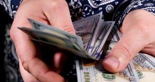 Vereinigte Staaten eine Hundertdollar-Rechnung in der Hand stock video