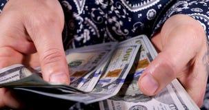 Vereinigte Staaten eine Hundertdollar-Rechnung in der Hand stock video footage