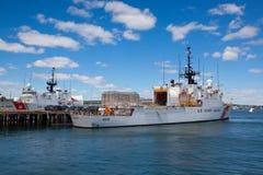 Vereinigte Staaten fahren die Wachschiffe die Küste entlang, die in Boston-Hafen, USA angekoppelt werden Stockbild