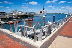 Vereinigte Staaten fahren die Wachschiffe die Küste entlang, die in Boston-Hafen, USA angekoppelt werden Stockfotografie