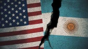 Vereinigte Staaten gegen Argentinien-Flaggen auf gebrochener Wand Stockbilder