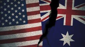 Vereinigte Staaten gegen Australien-Flaggen auf gebrochener Wand Stockfotografie