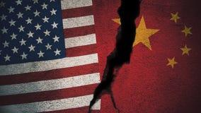 Vereinigte Staaten gegen China-Flaggen auf gebrochener Wand stockbild