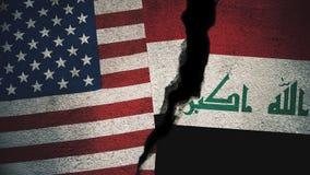 Vereinigte Staaten gegen der Irak-Flaggen auf gebrochener Wand Stockfotos