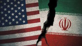 Vereinigte Staaten gegen der Iran-Flaggen auf gebrochener Wand Stockbild