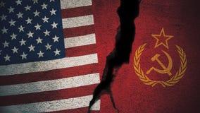 Vereinigte Staaten gegen die Sowjetunions-Flaggen auf gebrochener Wand Lizenzfreie Stockbilder
