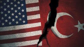 Vereinigte Staaten gegen die Türkei-Flaggen auf gebrochener Wand stockfotografie