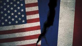 Vereinigte Staaten gegen Frankreich-Flaggen auf gebrochener Wand Lizenzfreie Stockfotos