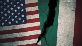 Vereinigte Staaten gegen Italien-Flaggen auf gebrochener Wand Stockfotografie