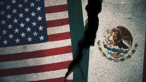 Vereinigte Staaten gegen Mexiko-Flaggen auf gebrochener Wand Lizenzfreie Stockfotografie