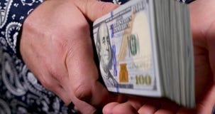 Vereinigte Staaten hundert - Dollarschein in der Hand stock video