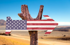 Vereinigte Staaten kennzeichnen Holzschild mit einem Wüstenhintergrund Stockbilder