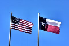 Vereinigte Staaten und Texas Flags stockfotos